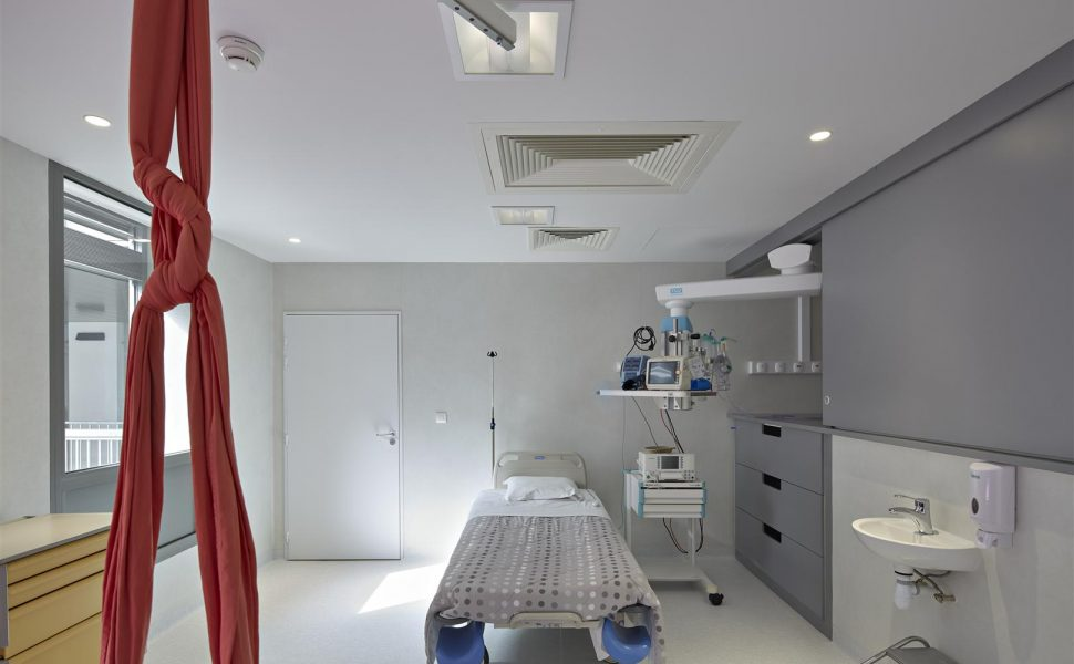 Bras plafonnier TECH-CARE intégré dans un placard coulissant, salle d'accouchement nature